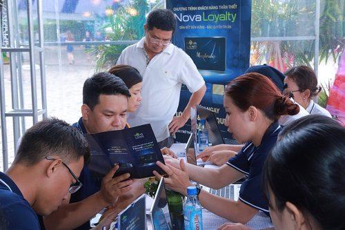 Khách hàng nhận tư vấn về chương trình NovaLoyalty tại Novaland Expo 2019.